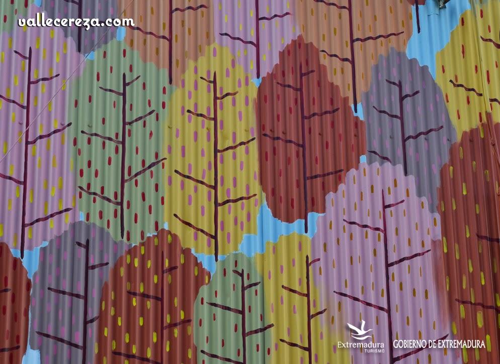 Fachada pintada en Piornal con motivos del otoño