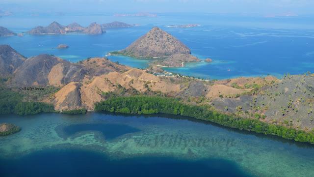 Komodo (indonesiano: Pulau Komodo) è un'isola dell'Indonesia, situata nel Mar di Flores, che fa parte delle Piccole Isole della Sonda. Ha una superficie di 390 km² e oltre 2.000 abitanti. Dal punto di vista amministrativo Komodo è parte della provincia di Nusa Tenggara Orientale. Geograficamente Komodo giace fra le grandi isole di Sumbawa (da cui è separata dallo Stretto di Sape), ad ovest, e di Flores, ad est. A sud si trova lo Stretto di Sumba che la separa dall'Oceano Indiano, mentre ad est si trova la più piccola isola di Rinca. Komodo ha una lunghezza di 30 km per una larghezza massima di 16 km, lo sviluppo costiero è di 158 km e le colline raggiungono un'altezza massima di 825 metri sopra il livello del mare. L'originale vegetazione, costituita da foresta equatoriale, è stata in gran parte sostituita da palme e una disordinata boscaglia.