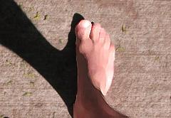 Andando por la calle descalzo de un pie