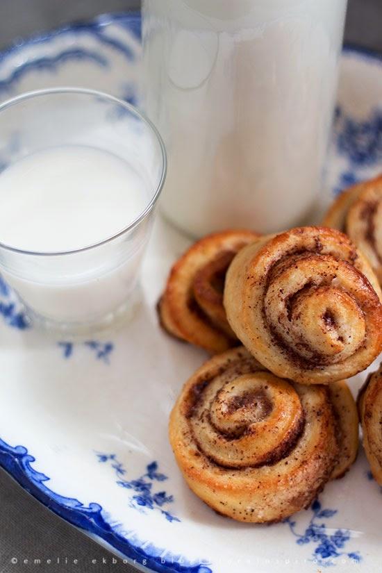 cinnamon buns, cinnamon rolls, cinnamon buns and milk, kanelbullar, mini-kanelbullar, kanelbullar och mjölk, mini cinnamon buns