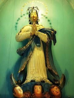 Santa no retábulo do altar da Igreja de La Cruz, Argentina.
