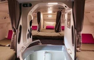 Gambar tempat tidur pramugari dalam pesawat