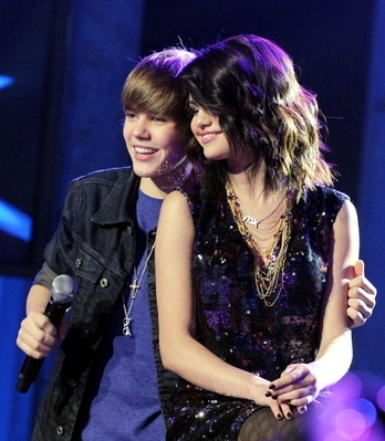 taylor swift kissing justin bieber on. justin bieber and selena gomez