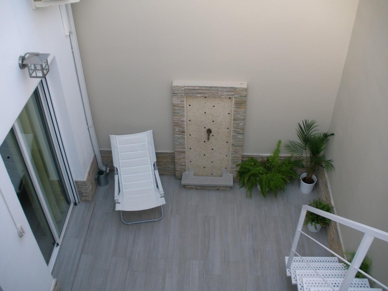 Construcciones rudi patio con azotea y lavadero for Zocalos para patios modernos