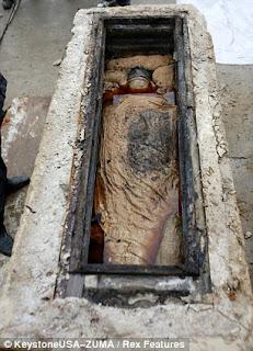 Pekerja Jalan Asal China Temukan Makam Kayu 2 Meter Dibawah Permukaan Jalan