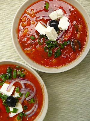 Zupa pomidorowa na zimno z dodatkiem ogórka, oliwek i sera feta