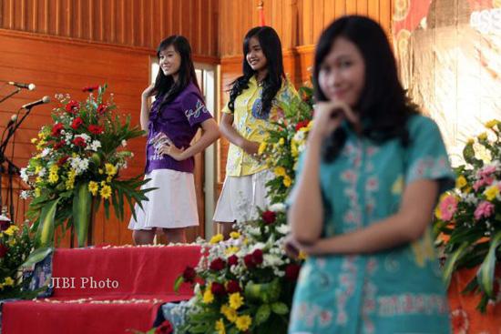 Siswa SMP Stella Duce 1 Yogyakarta memperagakan batik karya sendiri