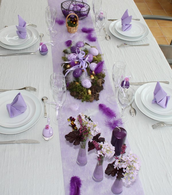 Je d core ma table table de p ques mauve - Chemin de table pour paques ...