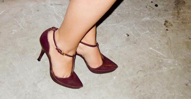 sandália boneca - emporio naka - calçado de salto alto cor vinho burgundy