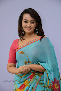 Esther Noronha Pictures in saree 004.jpg