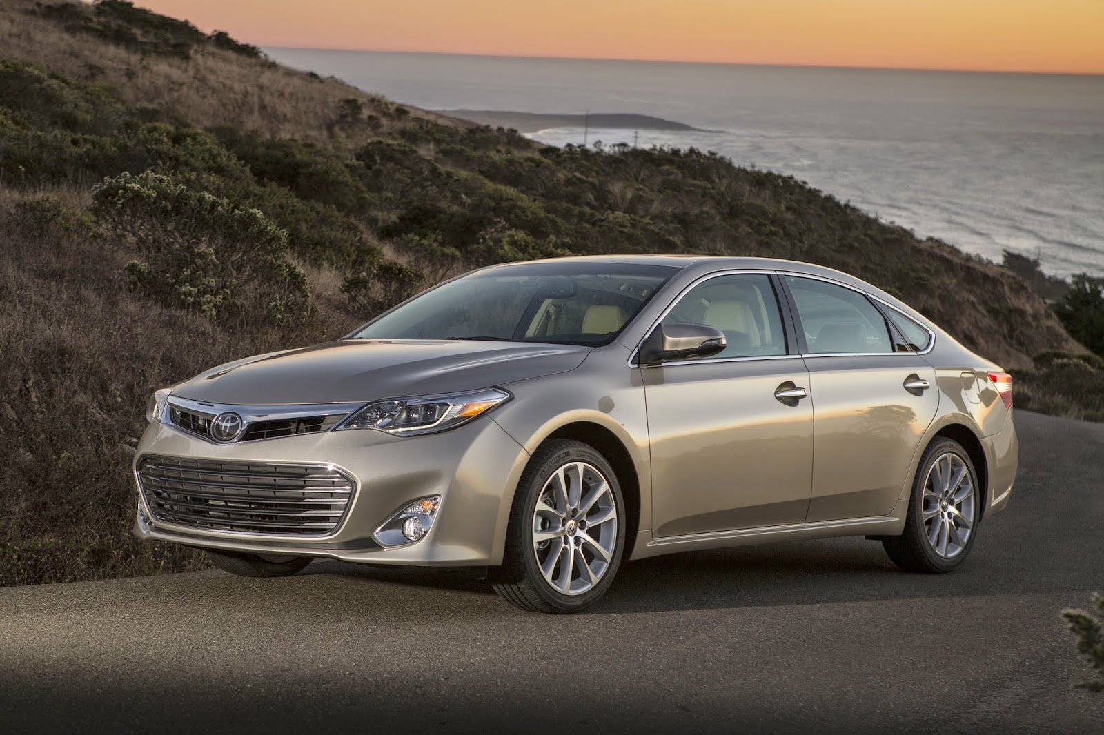 Front 3/4 view of the 2014 Toyota Avalon