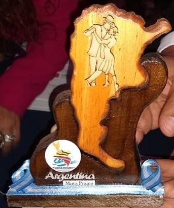 Reconocimiento entregado a la Presidente de Mujeres Sin Limite Dra. Anita Fernandez