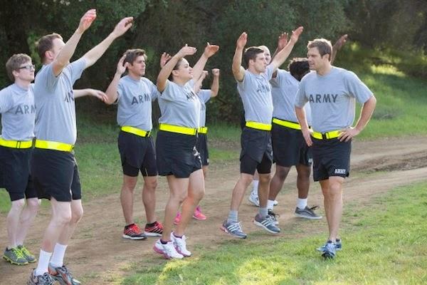 Los soldados del pelotón de Enlisted haciendo gimnasia