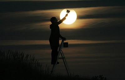 Hombre pintando la luna