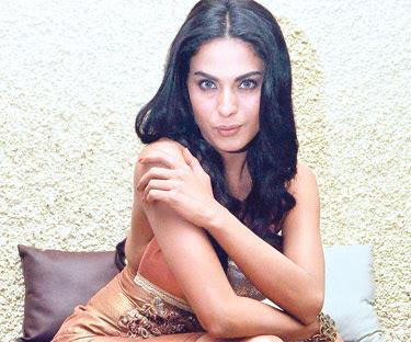 Aktres Pakistan nafi bogel untuk majalah