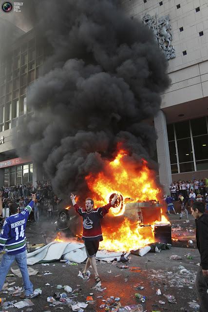 На фото: бесчинства фанатов на улицах Ванкувера