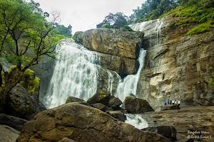 Mallalli Water Falls, hikers near the falls
