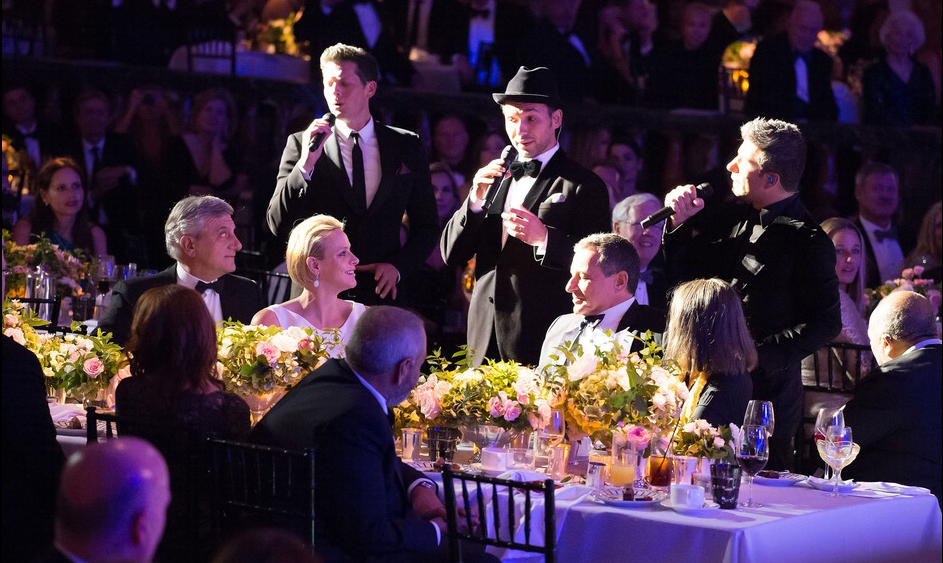 Hier soir, le prince Albert et la princesse Charlene ont assisté au gala annuel de la fondation Princesse Grace qui avait lieu dans un grand hôtel de Beverly Hills, à Los Angeles. Le palais a confirmé aujourd'hui que la princesse attendait des jumeaux pour la fin de l'année!  Charlene portait une robe haute couture de CHRISTIAN DIOR rince Albert et la princesse Charlene ont assisté au gala annuel de la fondation Princesse Grace qui avait lieu dans un grand hôtel de Beverly Hills, à Los Angeles.