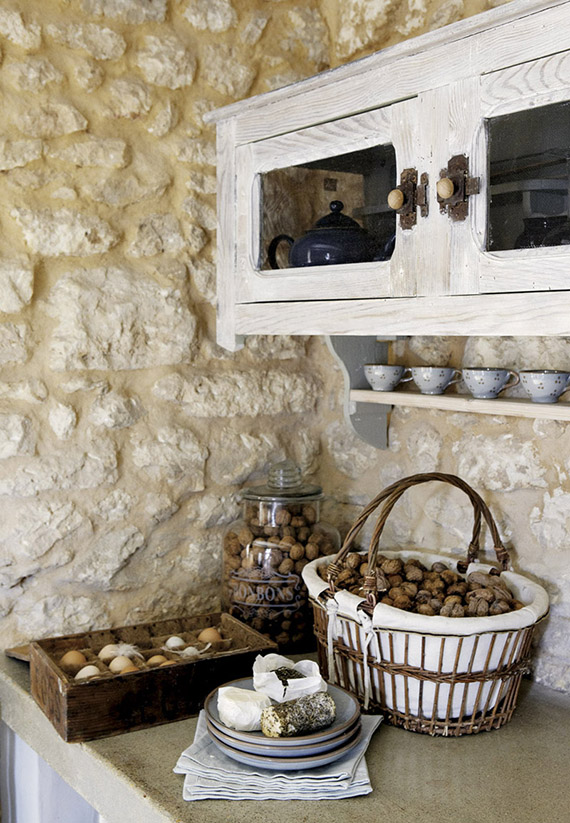 Rustic kitchen shelving inspiration | Image via Weranda