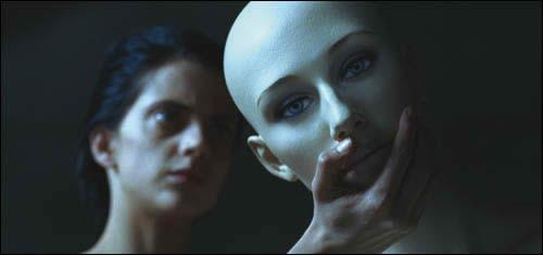La protagonista coge la cara del maniquí