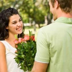 الاسباب التى تجعل الرجل يقع فى حب المرأة - رجل يقدم ورد لأمرأة لحبيبته - man giving a woman flowers