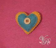 Aquí os dejo mis nuevos trabajitos en fieltro: Broches de corazones. img