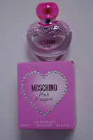 Parfum im pinken, herzförmigen Flakon
