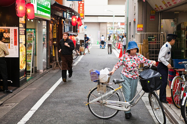 anciana con bicicleta