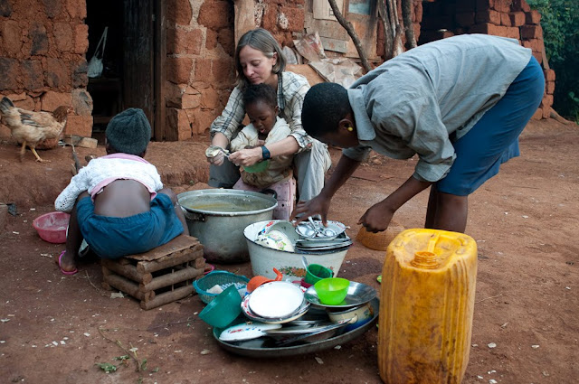 Lavando los platos en Belo Camerún