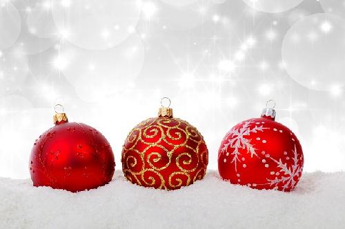 Imagen de tres adornos rojos de Navidad. Vía Search by creative commons