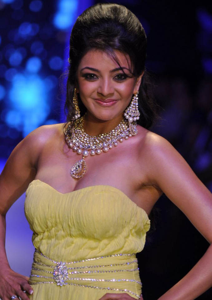 kajal agarwal cleavage boobs