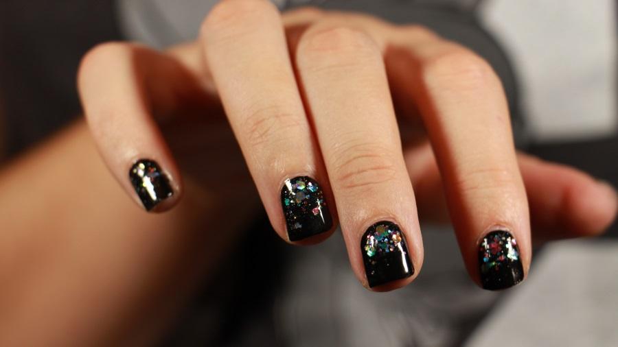 ongles bijou, paillettes, base noire