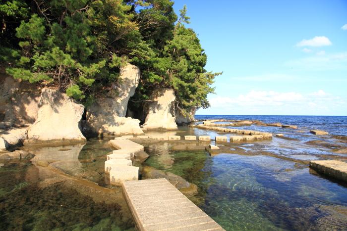 能登半島(石川県)能登町の海面を歩けるスポット九十九湾. it is like you could walk on the ocean here, tsukumo wan gulf. it is located in noto town on noto peninsula, ishikawa prefecture, japan.