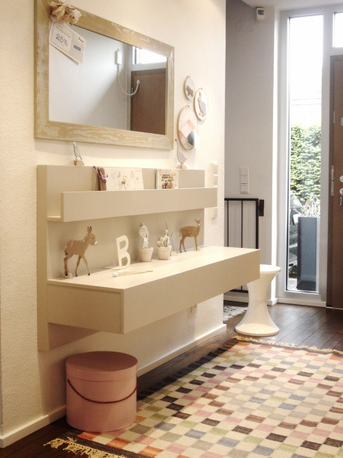Un recibidor nordico con almacenaje y de ikea decorar - Ikea mesitas de noche y comodas ...