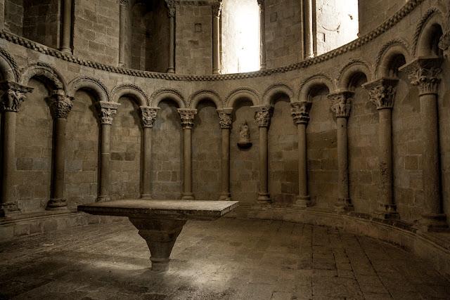 Altar en el ábside de la iglesia de San Pedro - Castillo de Loarre :: Canon EOS5D MkIII | ISO1600 | Canon 24-105 @24mm | f/4.0 | 1/10s
