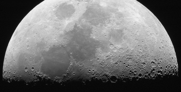 A Lua é o satélite natural da Terra.