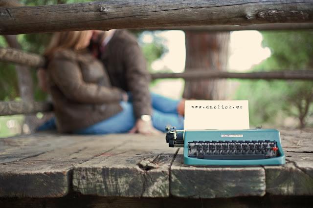 Maquina de escribir vintage olivetti sobre madera