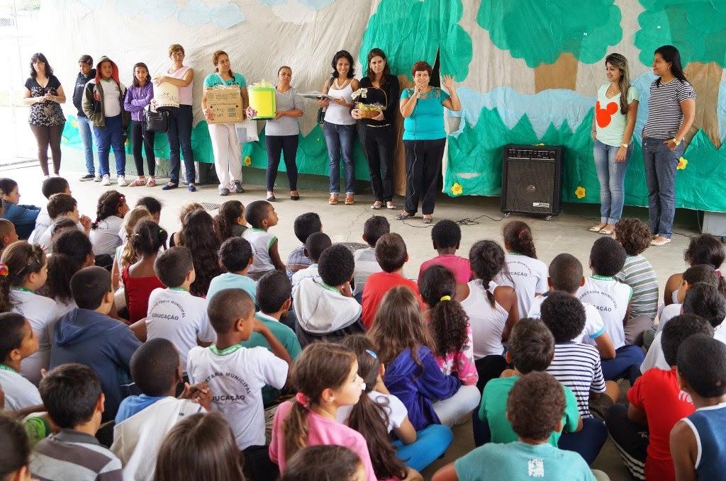 Alunos da Escola M. Aclimea se reúnem para receber o kit do Cefop