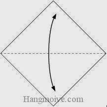 Bước 1: Gấp đôi tờ giấy lại để tạo nếp gấp sau đó lại mở ra.
