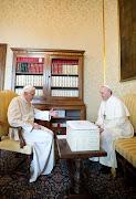 O Papa Francisco e o Papa emérito Bento XVI se abraçaram ao se encontrarem . francisco papa bento