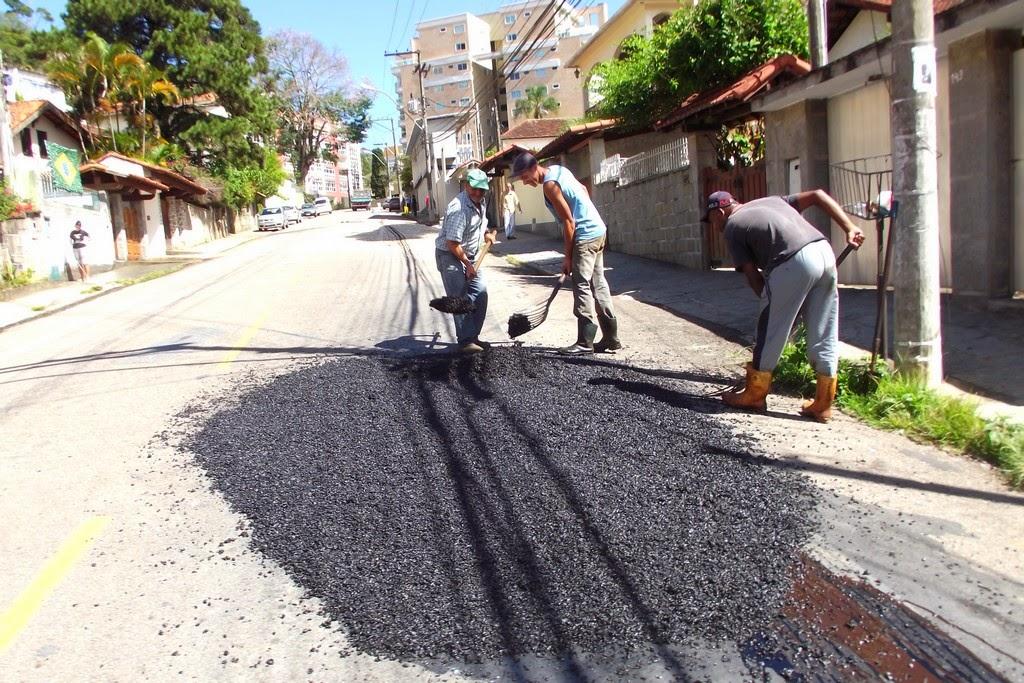 Operação tapa-buracos na Rua Julio Rosa, na Tijuca