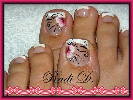 Френски педикюр с розово цвете