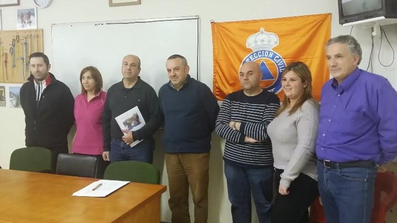 voluntarios del servicio de proteccion civil junto al concejal responsable , en el centro