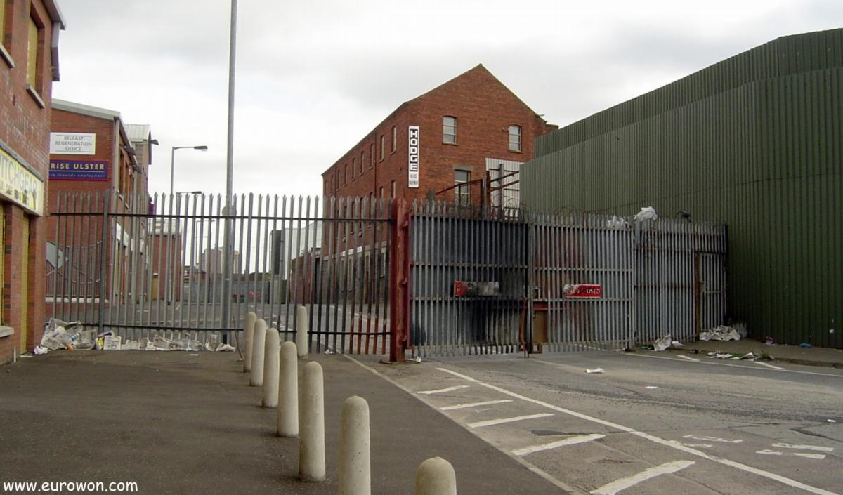 Verja cerrada entre los barrios protestante y católico de Belfast