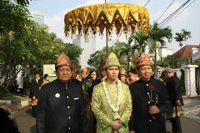 Foto Pernikahan Arumi Bachsin dan Emil Dardak