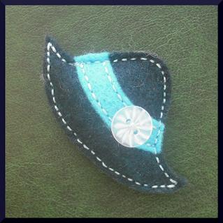 broche fieltro sombrero azul