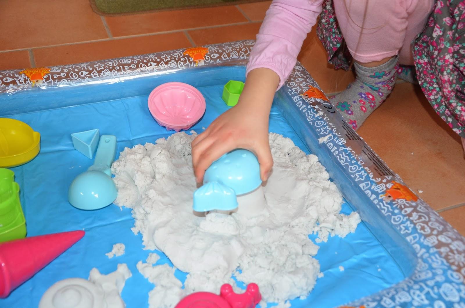 Kind spielt mit Zaubersand