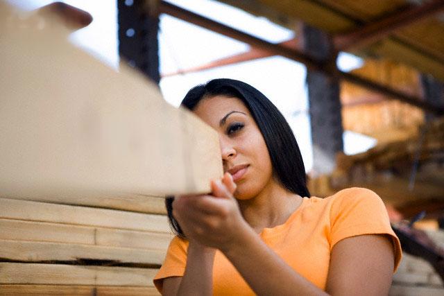 control de calidad, mujer evaluando una tabla de madera