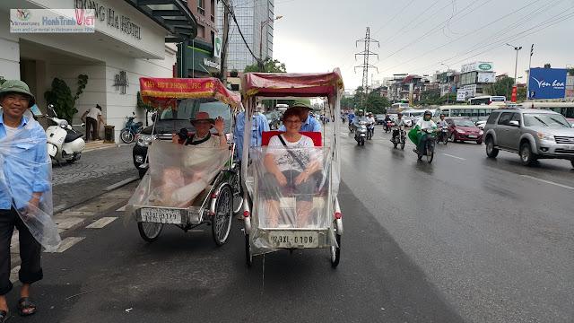 Dù nắng hay mưa tour xích lô vẫn không thể thiếu ở Hà Nội