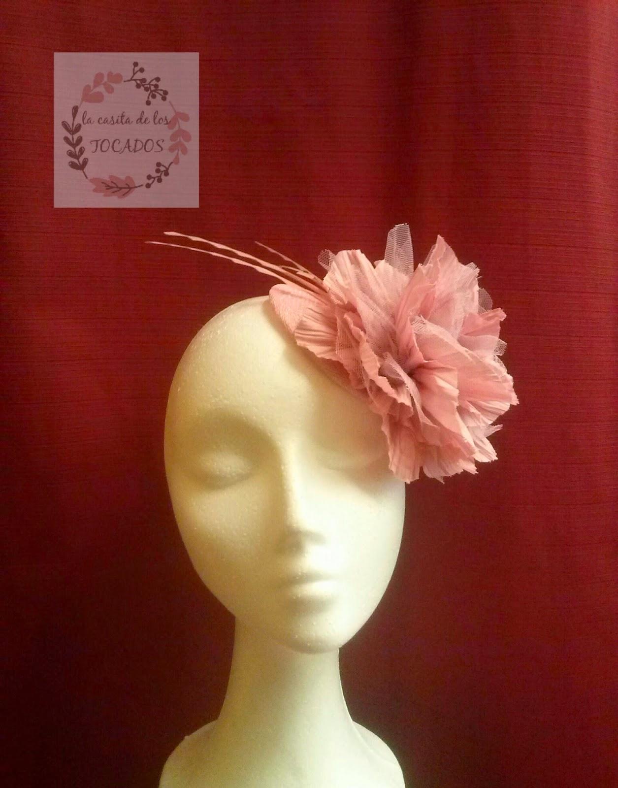 tocado rosa con flor y plumas